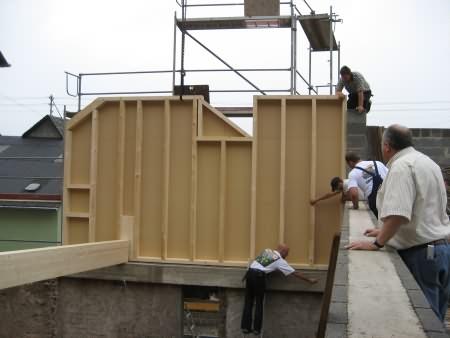 Die vorgefertigen Bauteile werden durch Arbeiter der Firma Holz Stoffel befestigt