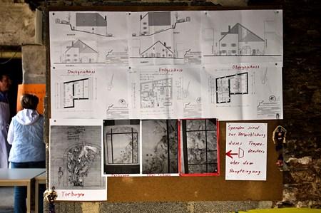 Informationstafel mit Plänen vom Umbau und vom Eingangstor
