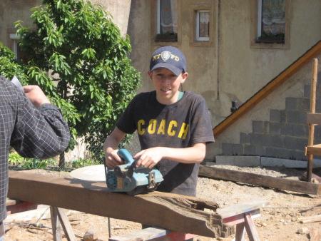 Unser junges Mitglied Philipp Lex beim Säubern der alten Eichenbalken.