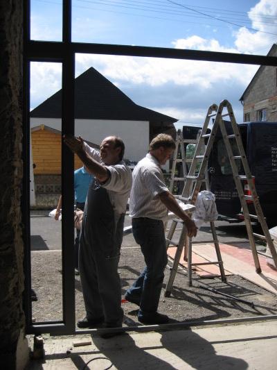 Die Arbeiter der Fa. Peters beim Einbau des Tores.