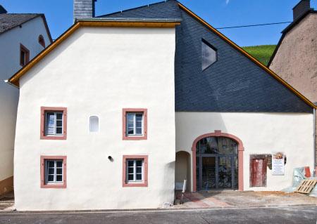 Innenausbau: Außenanstrich, Fußbodenheizung, Estrich und Isolierung