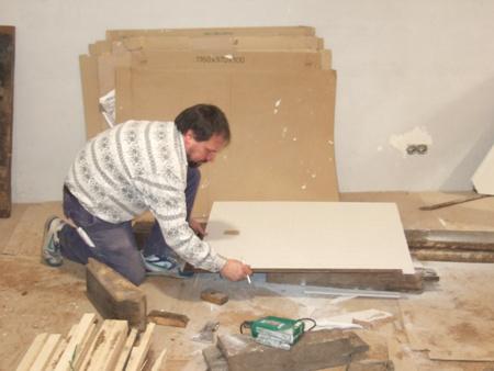 Bernhard Lex beim Zuschneiden einer Gipskartonplatte