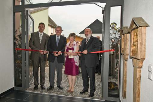 (v. l. n. r.) Landrat Dr. Günther Schartz, Bundestagsabgeordneter Manfred Nink, Präsidentin Pia Madert, Leiter ADD Trier  Dr. Josef Peter Mertes eröffnen gemeinsam das Museum