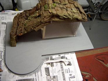 Das Dach der Krippe, Rindenstücke werden mit Heißleim festgeklebt