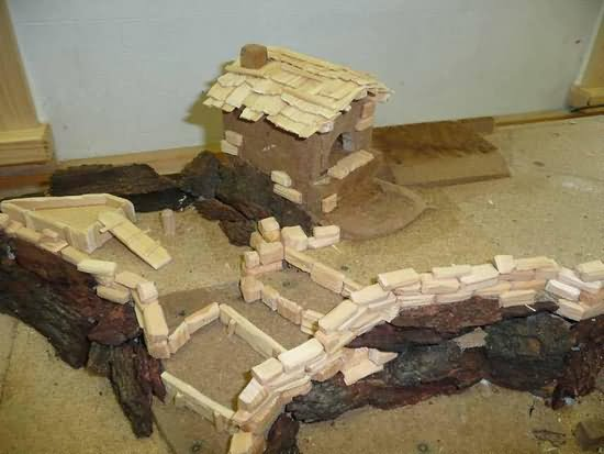 Bauanleitung für eine alpenländische Krippe – Mauern, Rahmen der Grundplatte und Backhäuschen