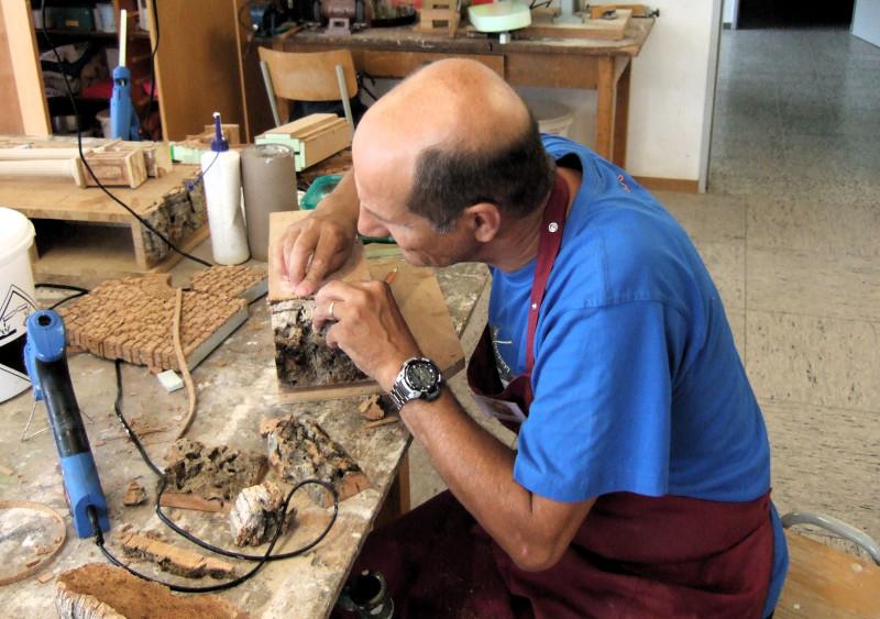 Aufkleben von Kork ist die Hauptarbeit bei neapolitanischen Krippen