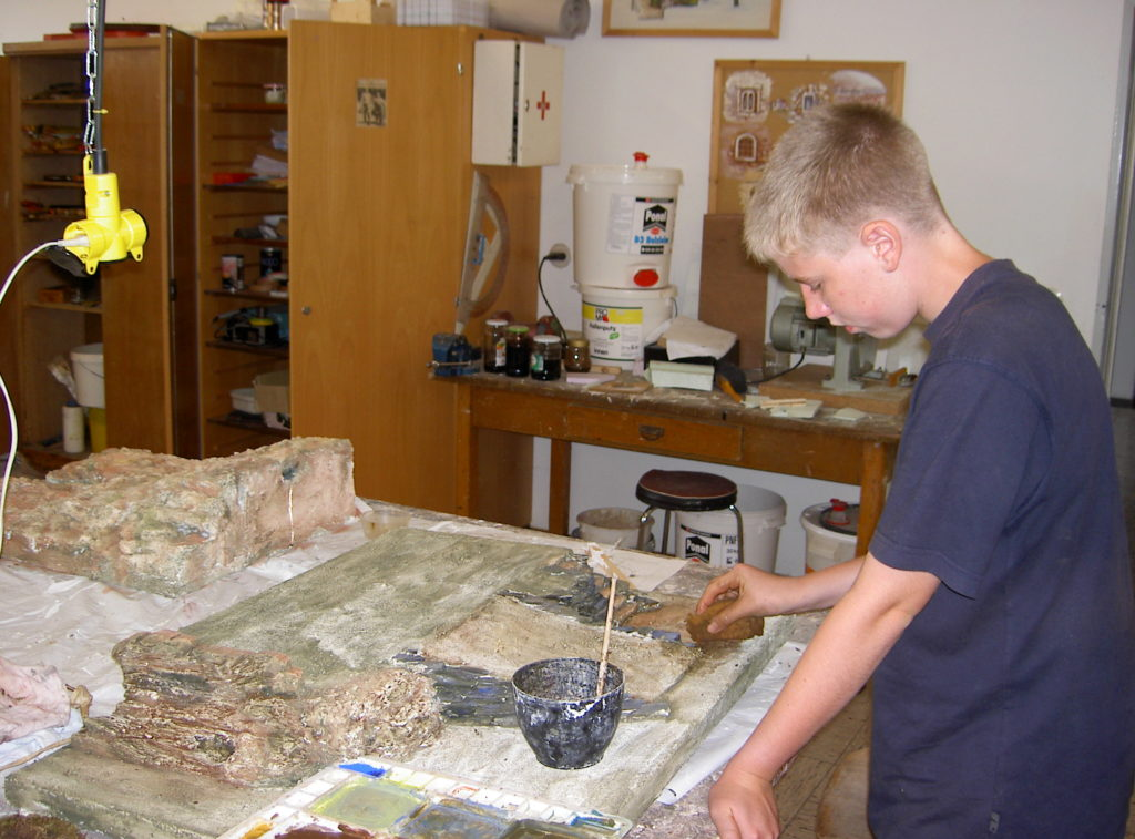 Kinder bauen Krippen im Kinder-Krippenbaukurs